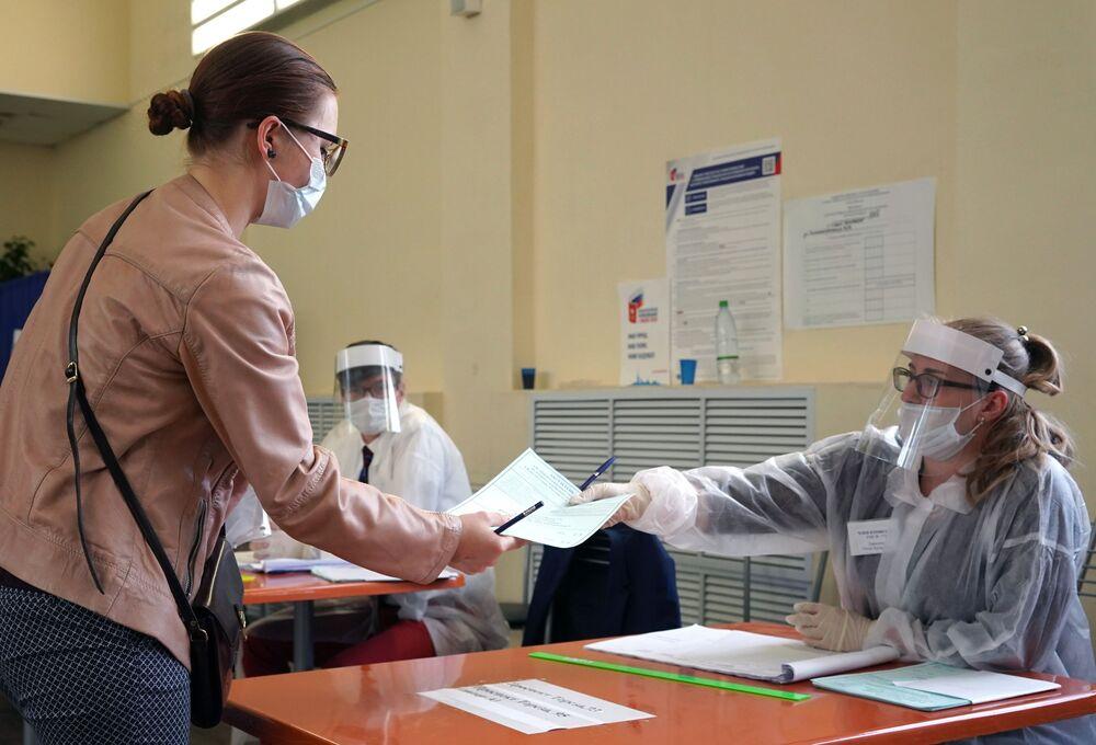 Hlasování ve vesmíru, ochranné obleky a medvědi: V Rusku končí hlasování o změnách tamní ústavy