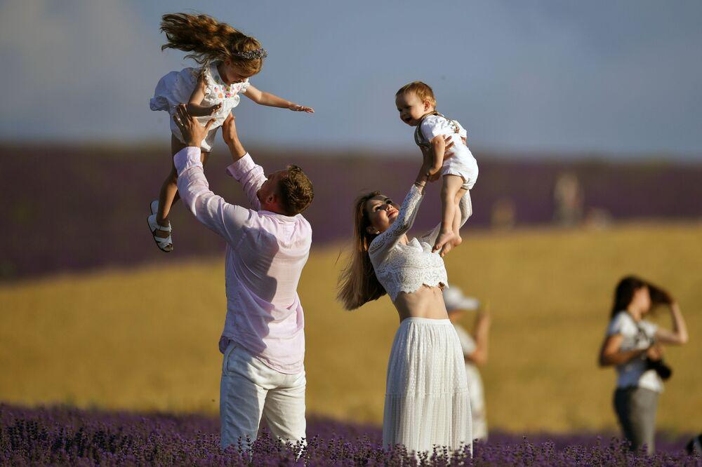 Rodina s dětmi na levandulovém poli na Krymu