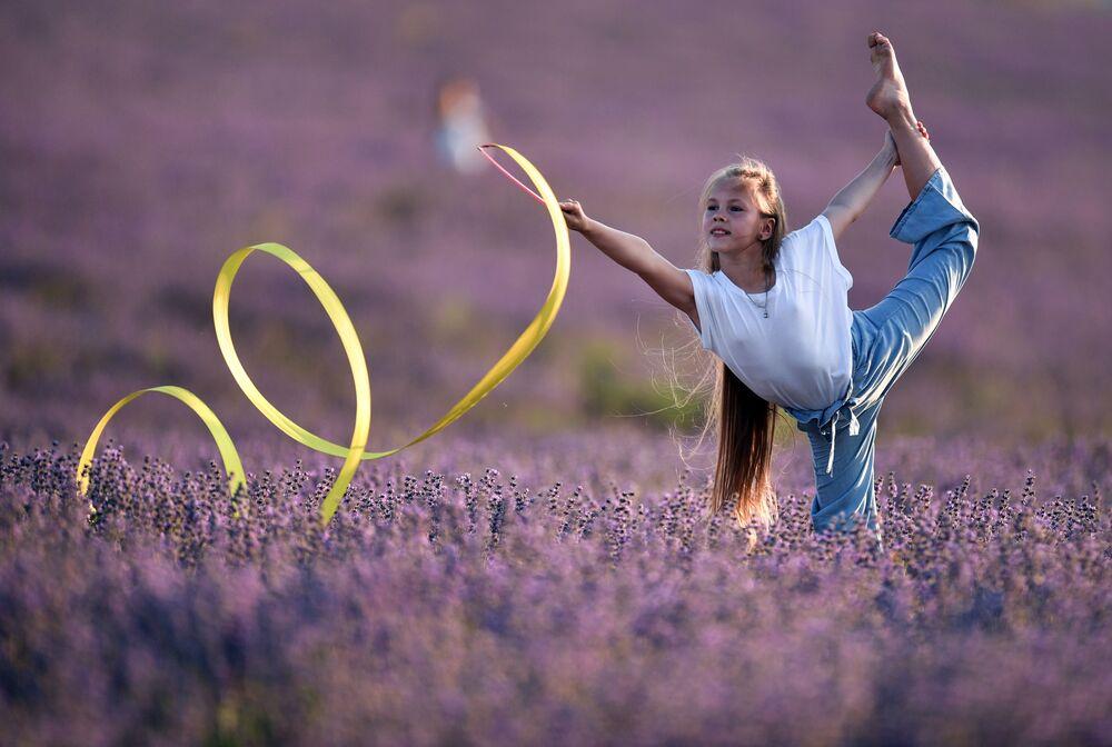 Dívka s páskou na levandulovém poli na Krymu
