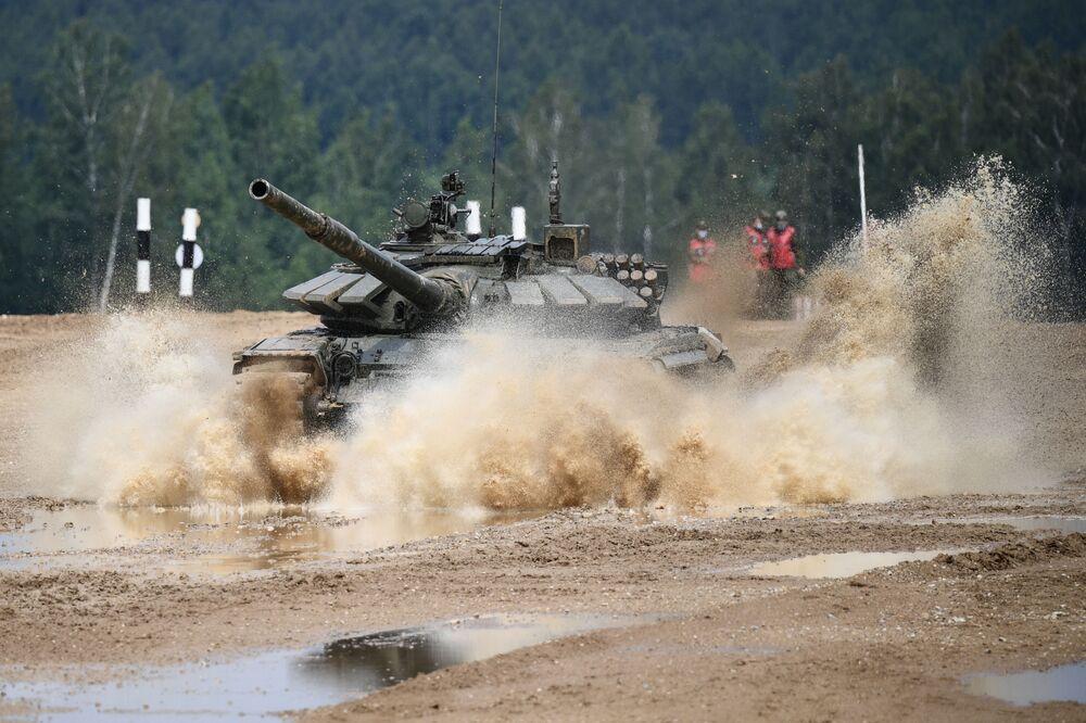 Posádka tanku T-72 v závěrečné fázi soutěže Tankový biatlon v Moskevské oblasti