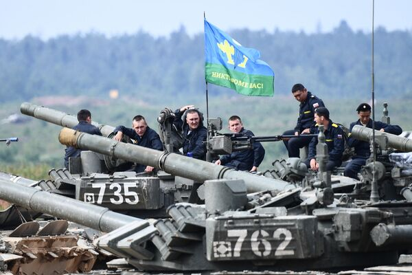 Posádky tanků T-72 v závěrečné fázi soutěže Tankový biatlon v Moskevské oblasti - Sputnik Česká republika