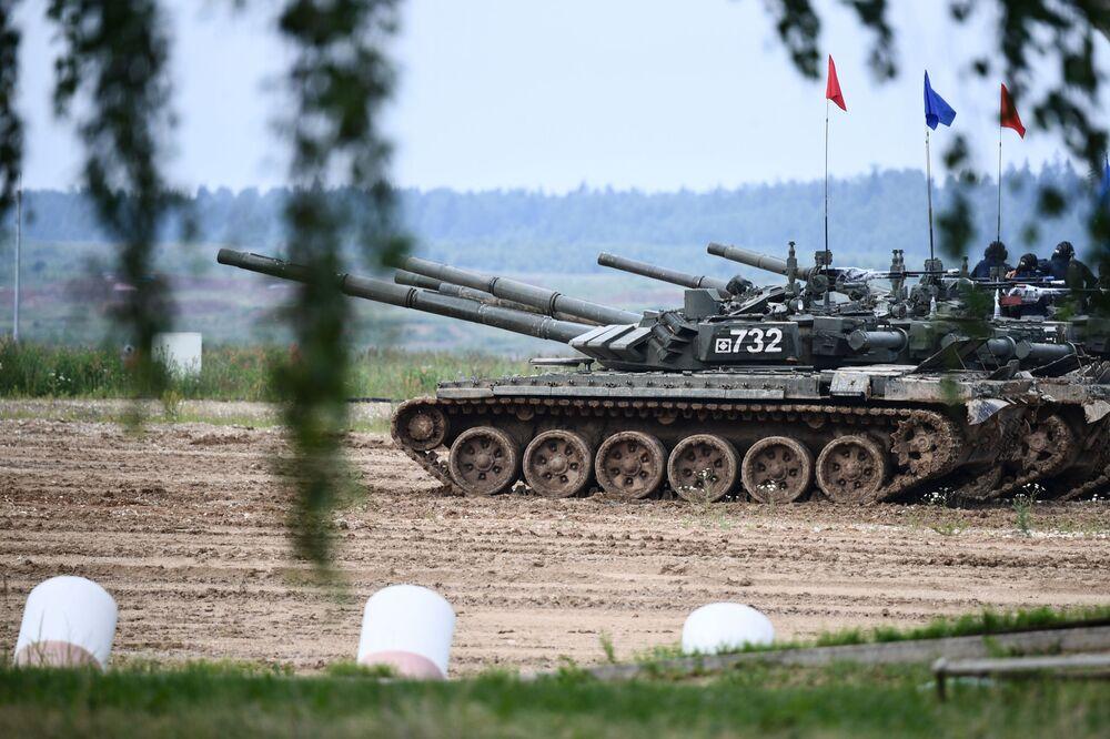 Posádky tanků T-72 v závěrečné fázi soutěže Tankový biatlon v Moskevské oblasti