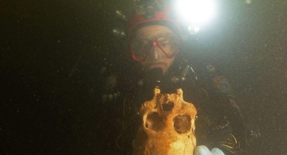 Potápěč zkoumá podvodní jeskyni poblíž Tulumu, Mexiko