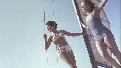 Dívky v plavkách při procházce na jachtě