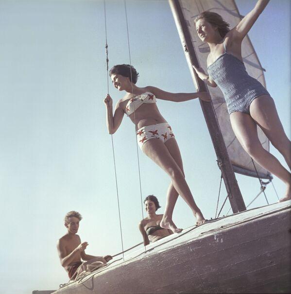 Dívky v plavkách při procházce na jachtě - Sputnik Česká republika