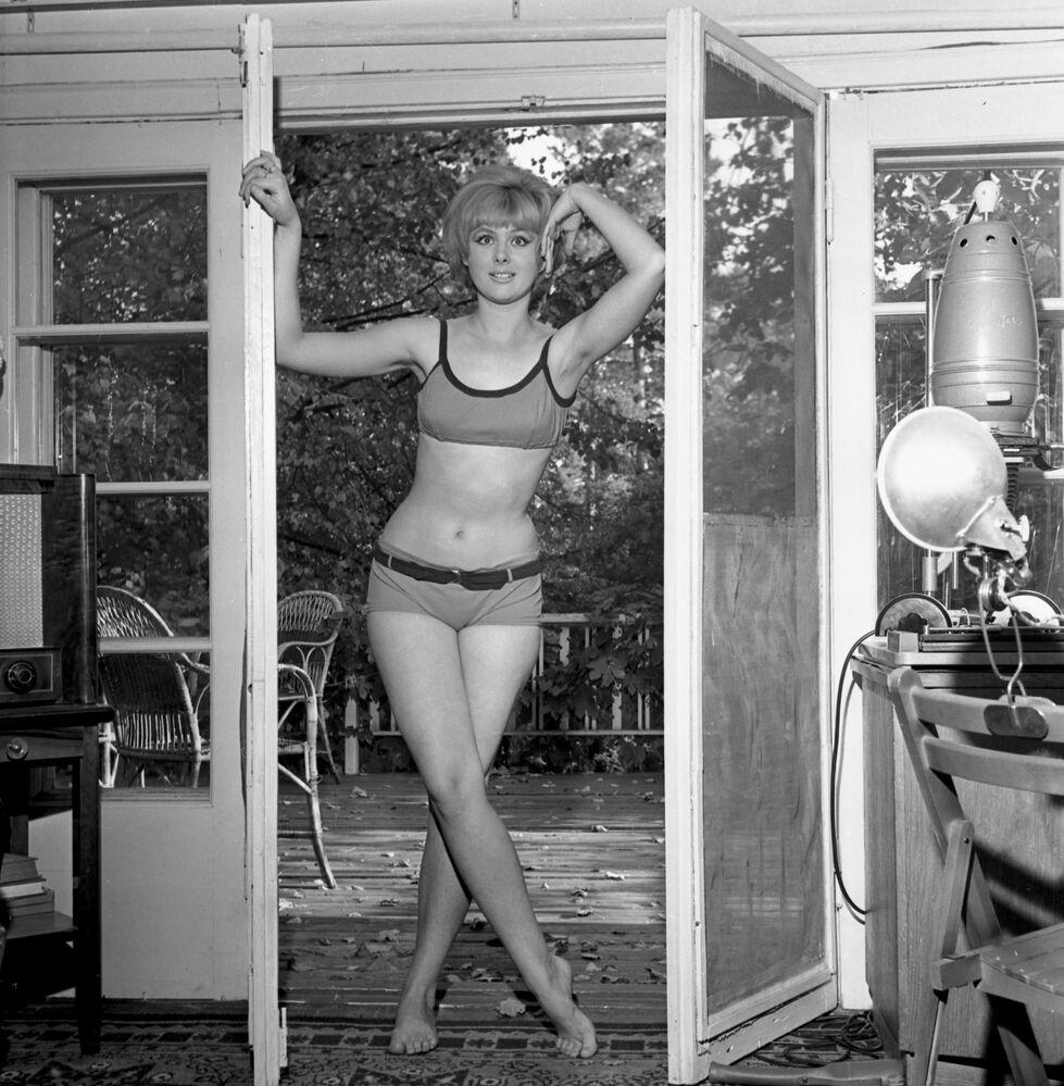 Sovětská divadelní a filmová herečka Natalia Selezněva v legendárních plavkách z filmu Leonida Gajdaje Operace Y a další dobrodružství Šurika, rok 1965