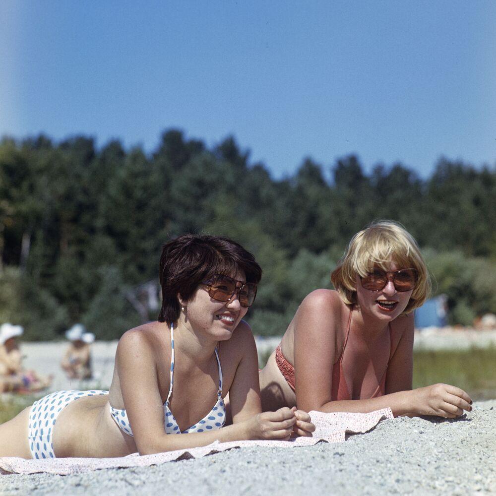 Dívky na pláži rekreačního střediska Zerendinskij, 1981