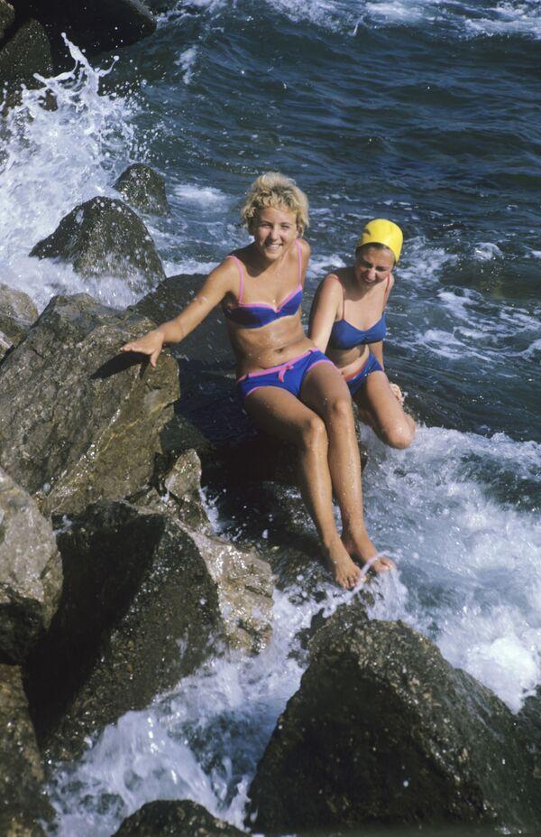 Dívky na pláži v Gurzufu, 1971 - Sputnik Česká republika