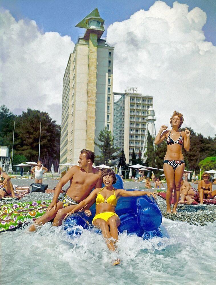 Turisté na pláži penzionu v Picundě, 1982