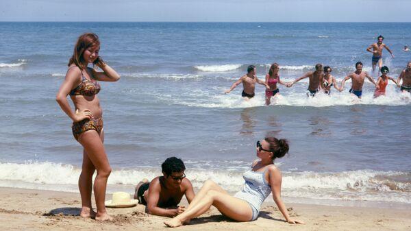 Пляж международного молодежного лагеря Гянджлик. Берег Каспийского моря - Sputnik Česká republika