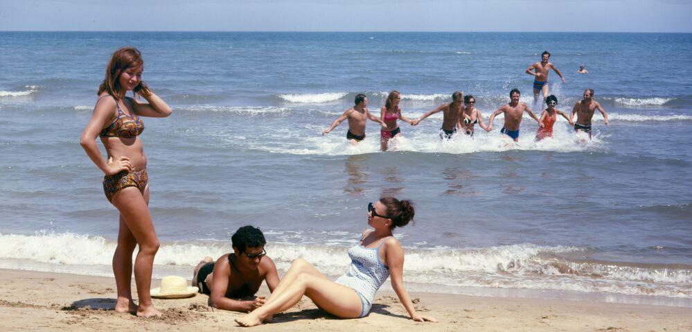 Pláž mezinárodního tábora mládeže Gjandžlik u Kaspického moře