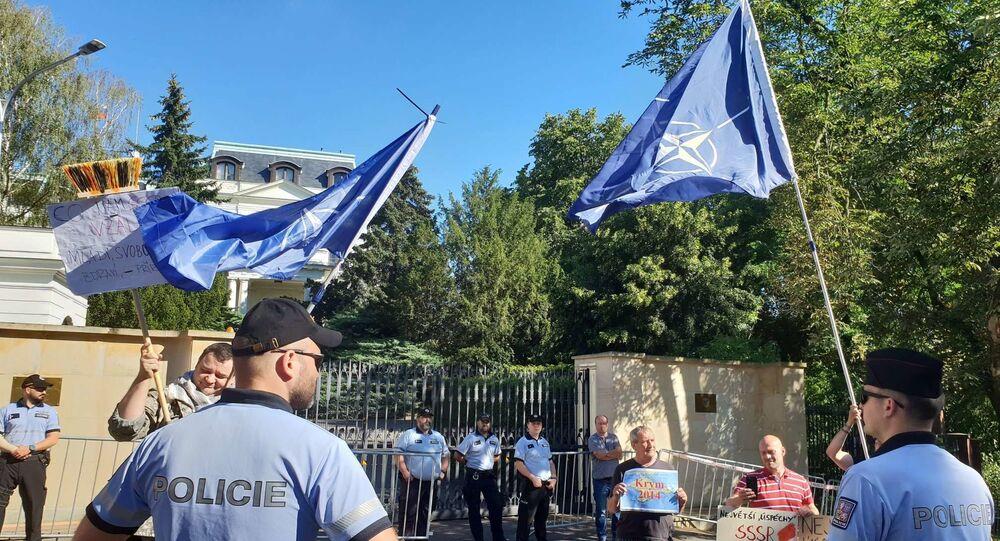 Vlajky NATO před ruskou ambasádou v Praze