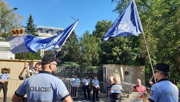 Vlajky NATO před ruskou ambasádou v Praze - Sputnik Česká republika