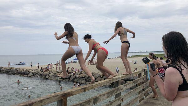 Dívky skáče z mostu do rybníka v Edgartownu, Massachusetts - Sputnik Česká republika