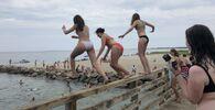 Dívky skáče z mostu do rybníka v Edgartownu, Massachusetts
