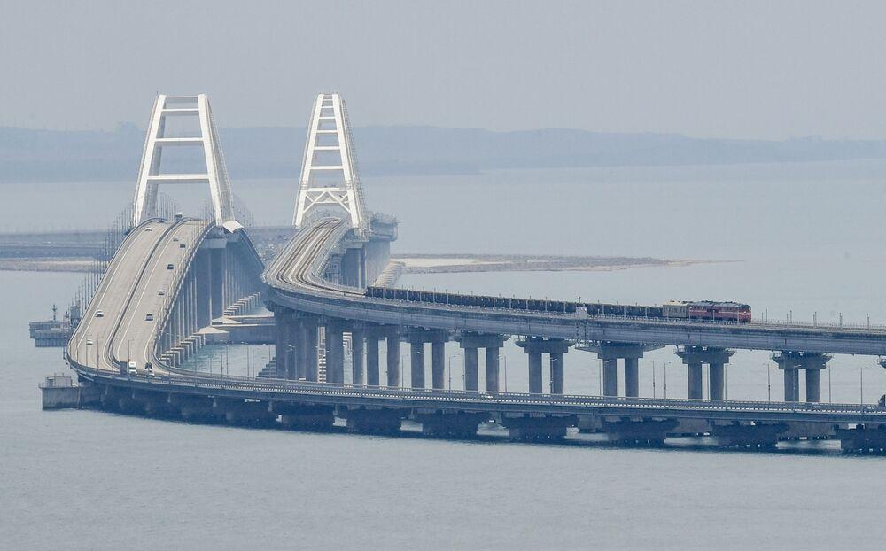 Nákladní vlak na krymském mostě