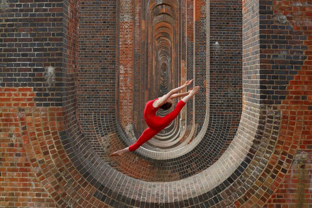 Tanečnice Hannah Martinová během tréninku na viaduktu Ouse Valley ve Velké Británii