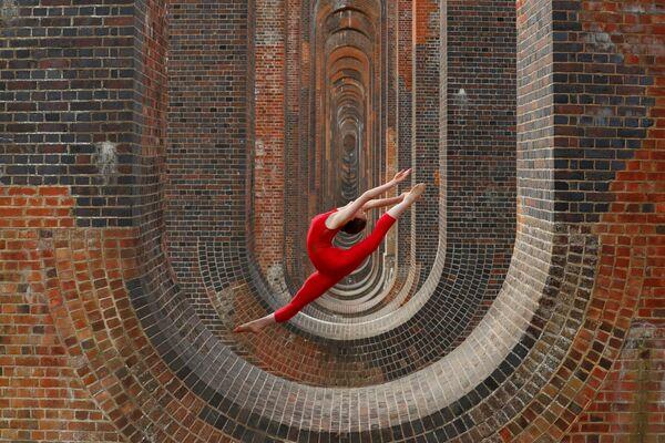 Tanečnice Hannah Martinová během tréninku na viaduktu Ouse Valley ve Velké Británii - Sputnik Česká republika