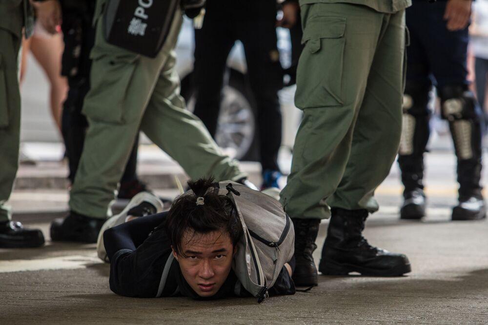 Zadržení političtí demonstranti, kteří jsou proti novému národnímu bezpečnostnímu zákonu v Hong Kongu