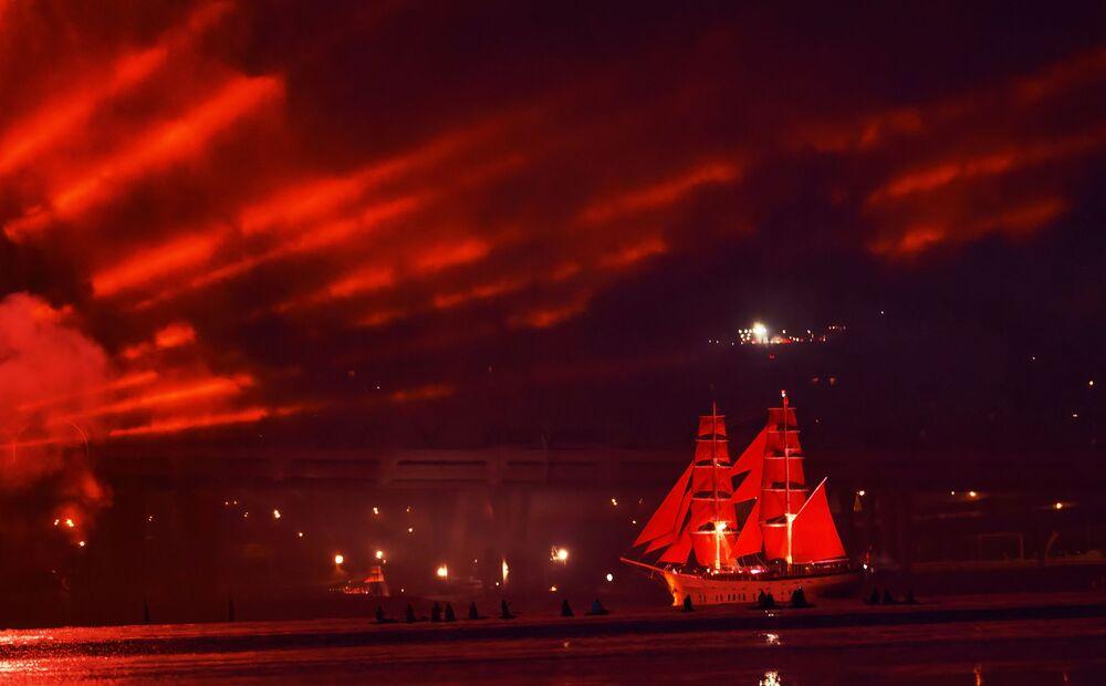 Brig Rusko ve vodách Finského zálivu během festivalu absolventů Šarlatové plachty v Petrohradě