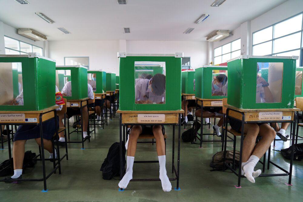Studenti během tréninku uprostřed zmírnění karanténních opatření, Thajsko