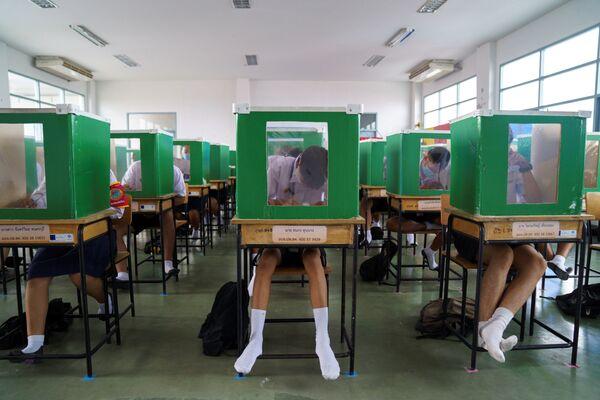 Studenti během tréninku uprostřed zmírnění karanténních opatření, Thajsko - Sputnik Česká republika