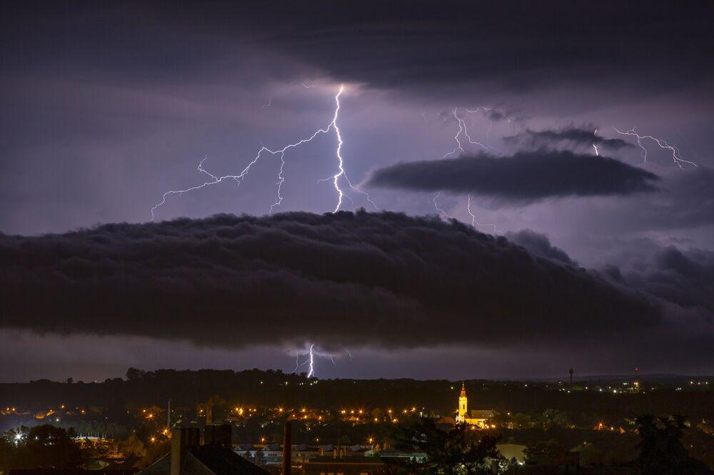 Blesk nad maďarským městem Nadkaniž