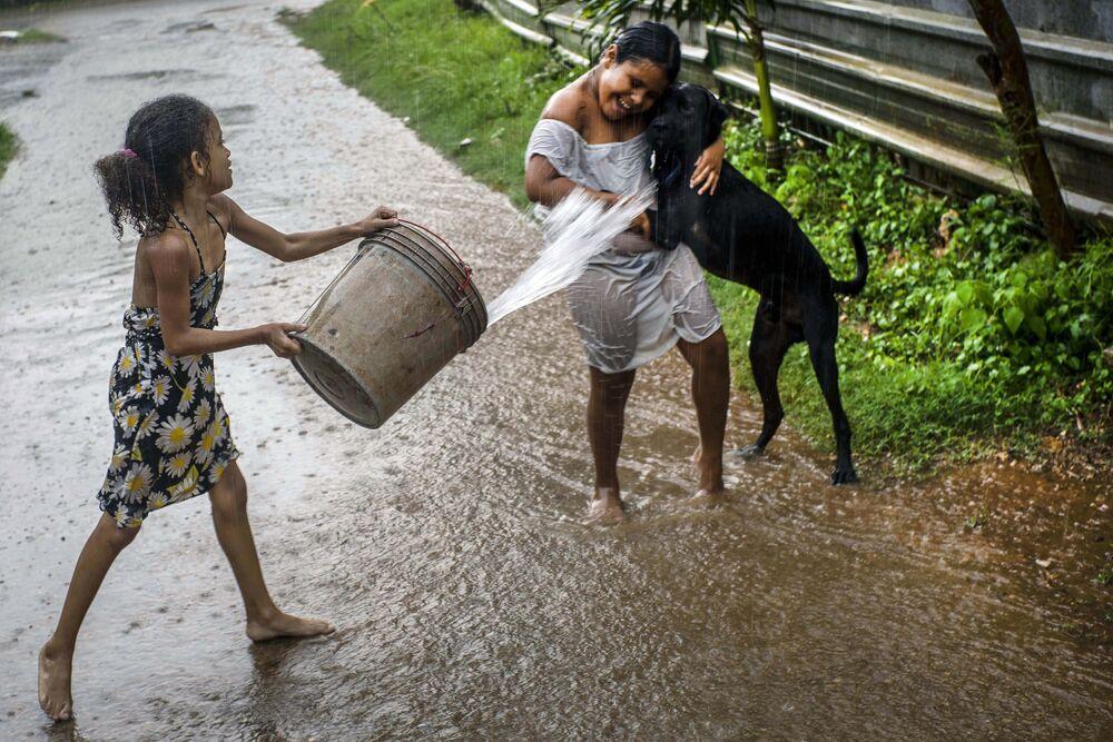 Děti si hrají v dešti, Havana, Kuba