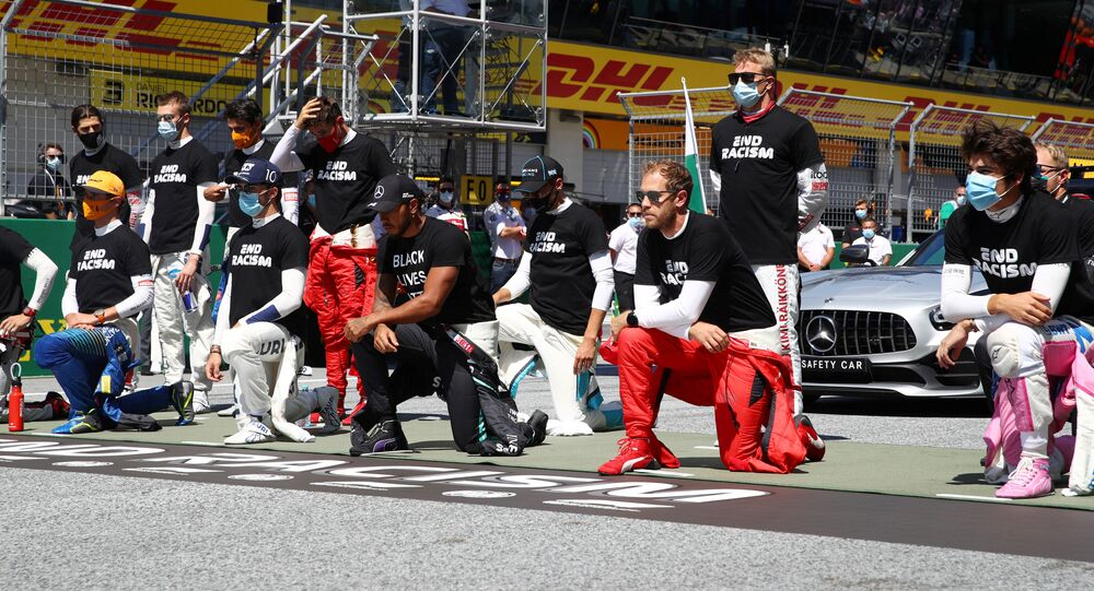 Piloti formule 1 klečí před závodem