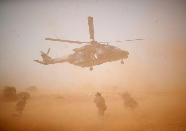Vojenský vrtulník NH 90 Caiman během operace Barkhane v Mali