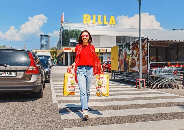 Žena s taškami na parkovišti v Bratislavě