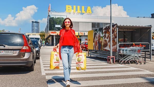 Žena s taškami na parkovišti v Bratislavě - Sputnik Česká republika