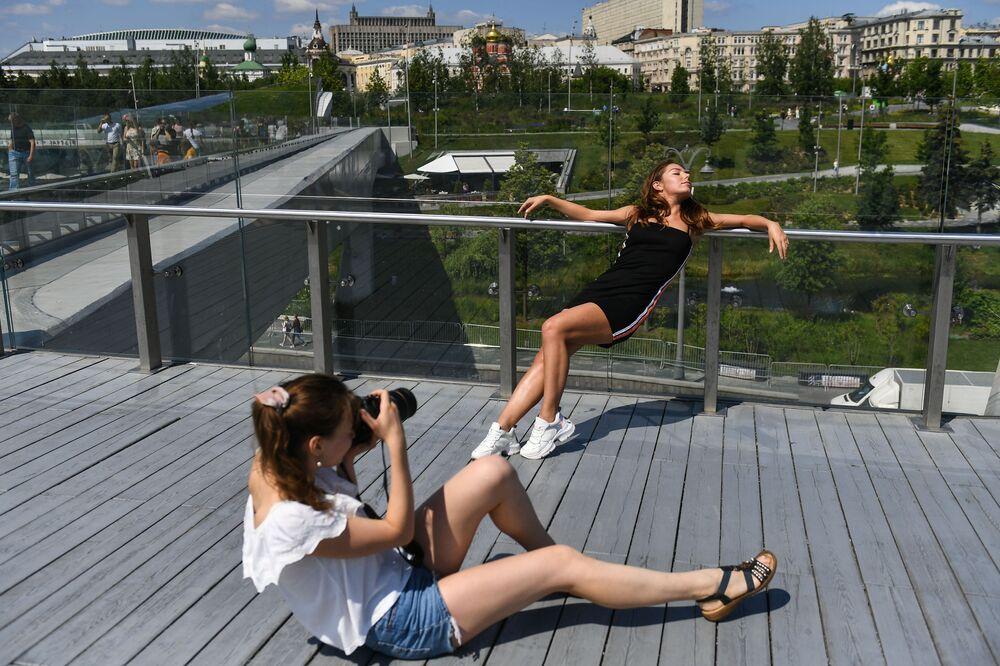 Dívky se fotí v parku Zarjaďje v centru Moskvy