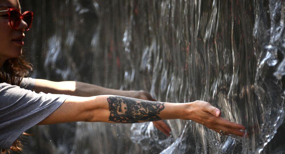 Dívka u fontány