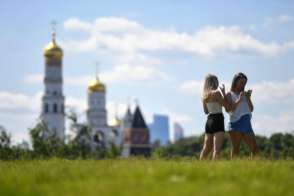 Dívky v parku Zarjaďje v Moskvě