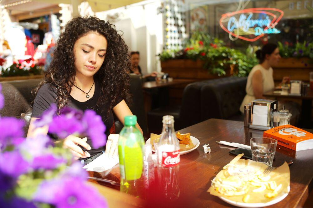 Ruská dívka v moskevské kavárně