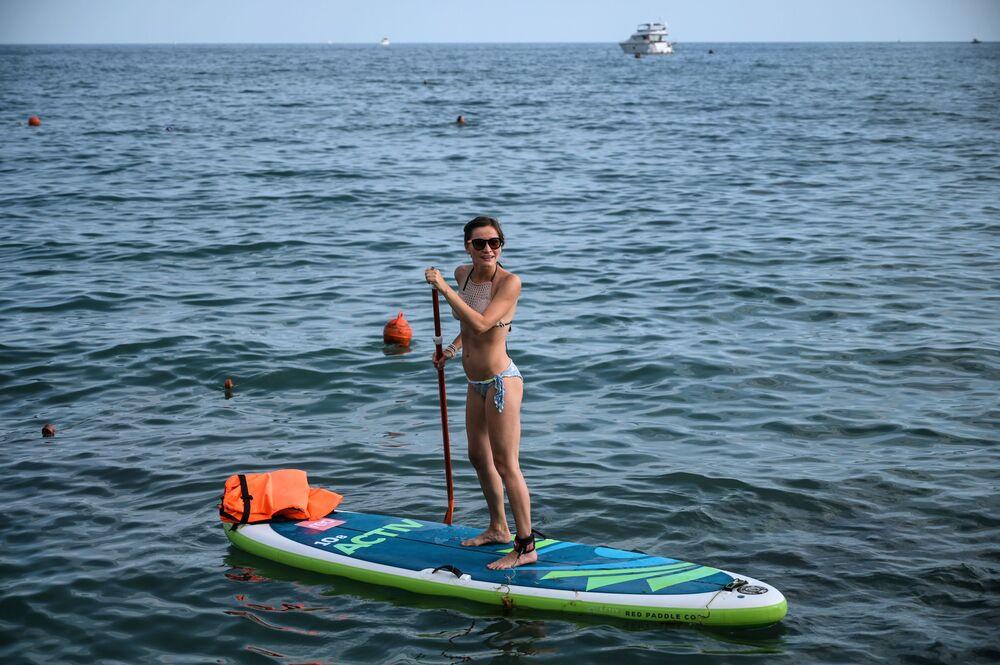 Ruská dívka na pláži v Soči