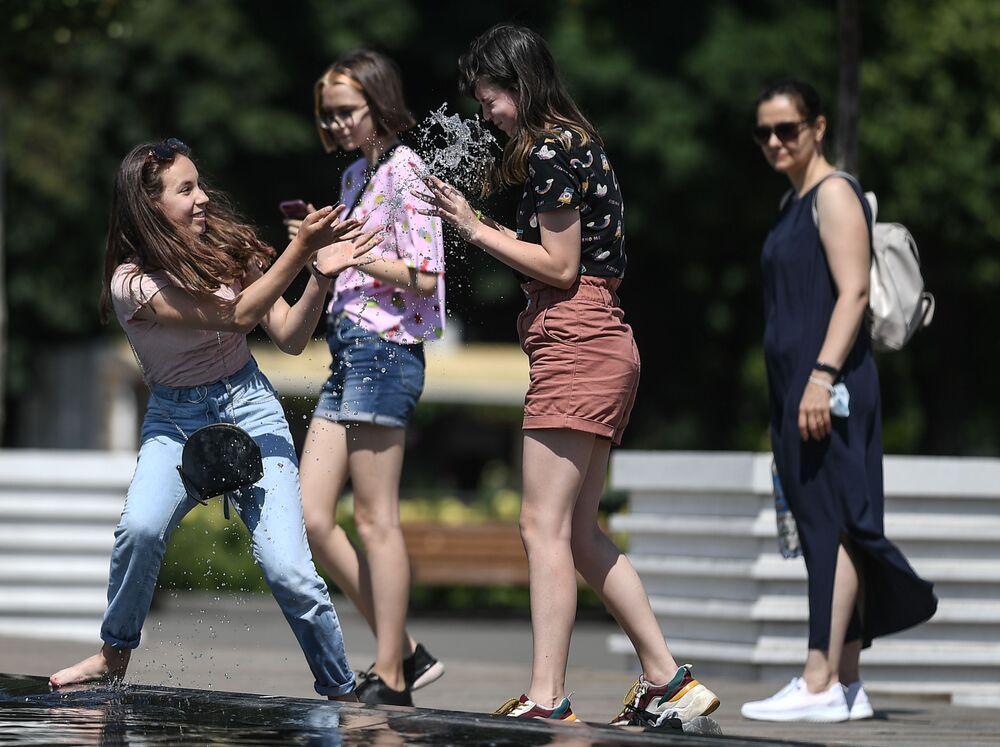 Ruské dívky v parku Gorkého v Moskvě