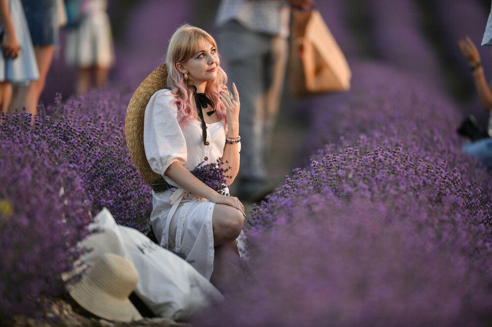 Dívky na levandulovém poli na Krymu