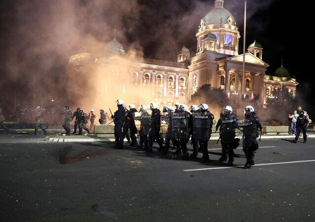 Srážky mezi demonstranty a policií v Bělehradě