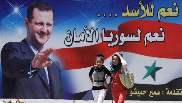Billboard se zobrazením Bašára Asada - Sputnik Česká republika
