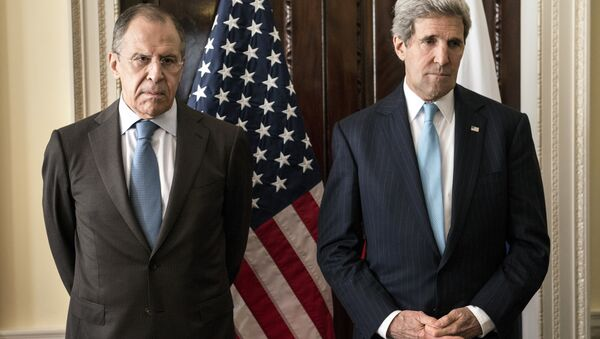 Russian Foreign Minister Sergey Lavrov (L) and US Secretary of State John Kerry stand together before a meeting at Winfield House in London on March 14, 2014. - Sputnik Česká republika