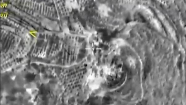 Záběry nočních leteckých útoku v Maarat Al-Nuuman a Dar-Taazza - Sputnik Česká republika