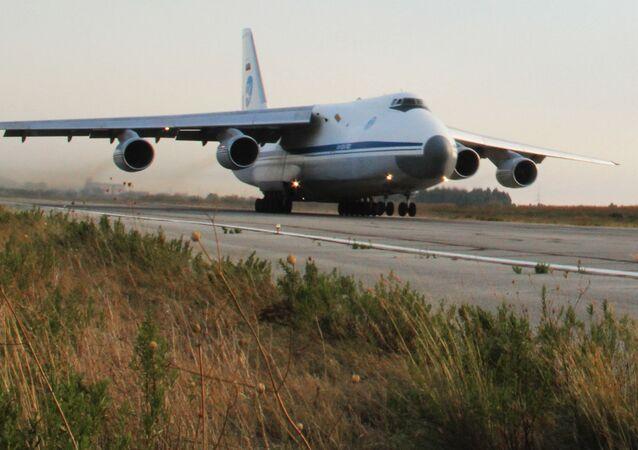 Ruský transportní letoun Ruslan na základně Hmímím v Sýrii