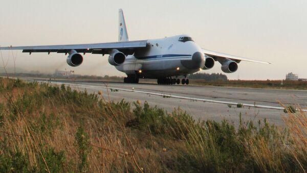 Ruský transportní letoun Ruslan na základně Hmímím v Sýrii - Sputnik Česká republika