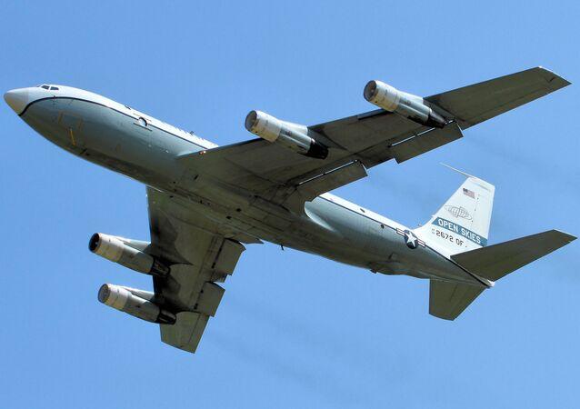 Americký letoun Boeing OS-135B vykonává letoun vykonává let v rámci dohodě o otevřeném nebi