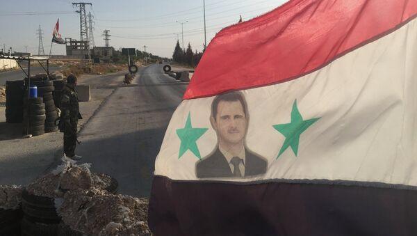 Sýrská vlajka s fotografii Bašára Asada - Sputnik Česká republika