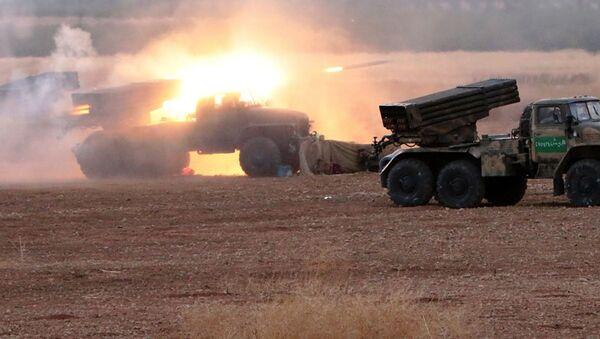 Syrské dělostřelectvo na severu provincie Hamá - Sputnik Česká republika