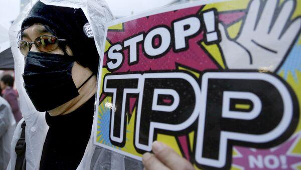 Участник протеста держит плакат во время митинга против Транс-Тихоокеанского партнерства (ТТП) в Токио - Sputnik Česká republika