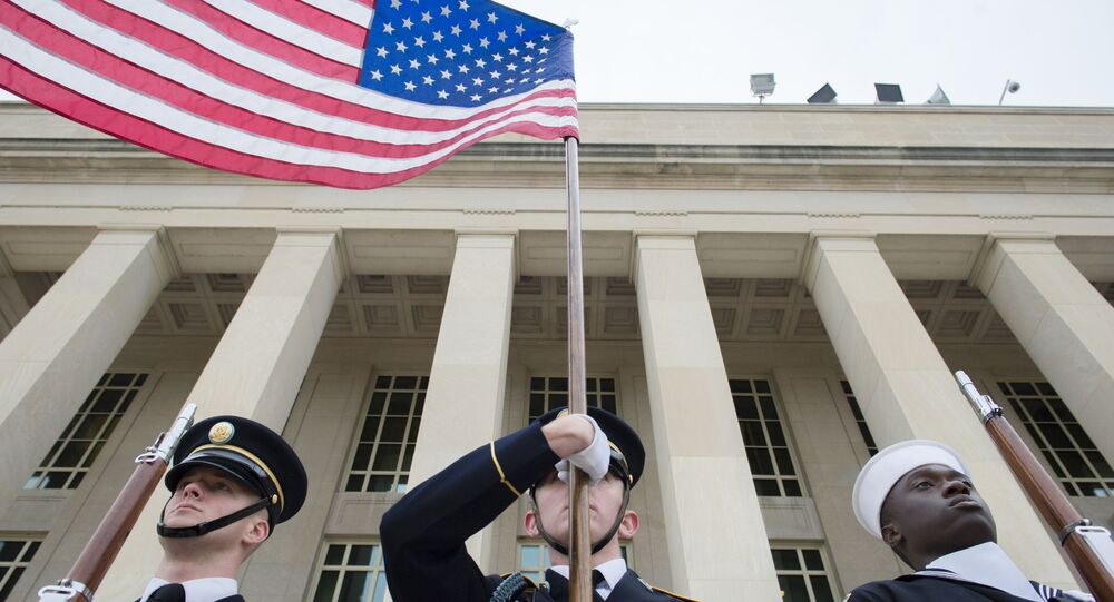 Američtí vojáci u budovy Pentagonu